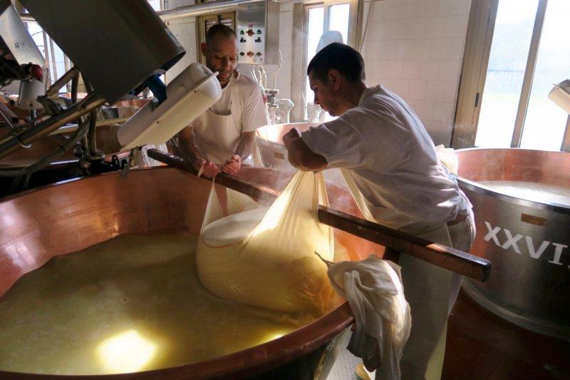 Fabrication du parmesan enrico parme